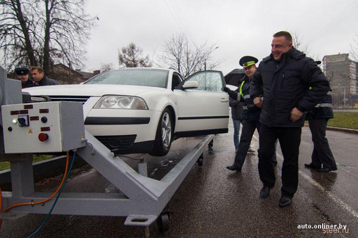 Инспекторы предложили столичным водителям сесть в переворачивающуюся машину