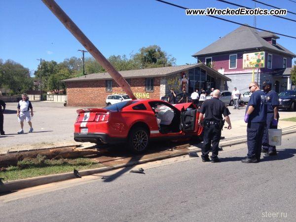 Ford Shelby GT500 против телефонного столба