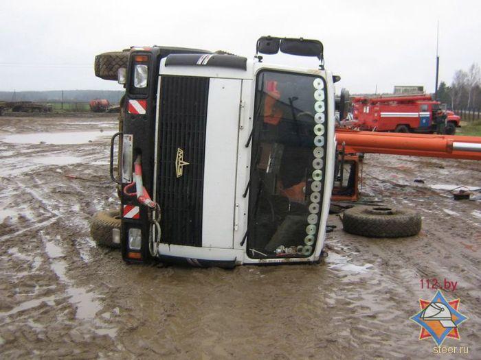 Кран упал на машину