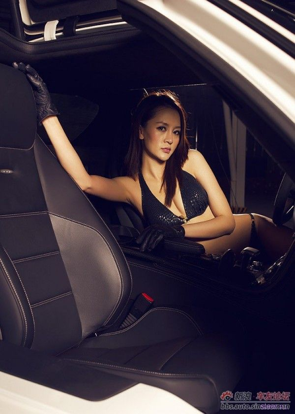 Сексуальная фотосессия с Ferrari и Mercedes