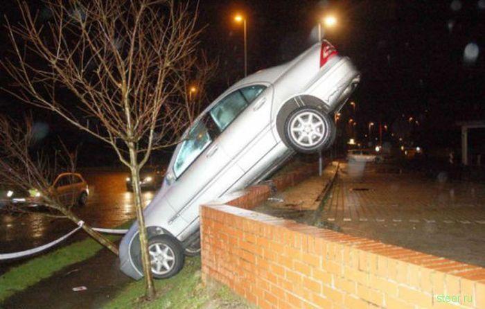 Женская парковка автомобиля на стене