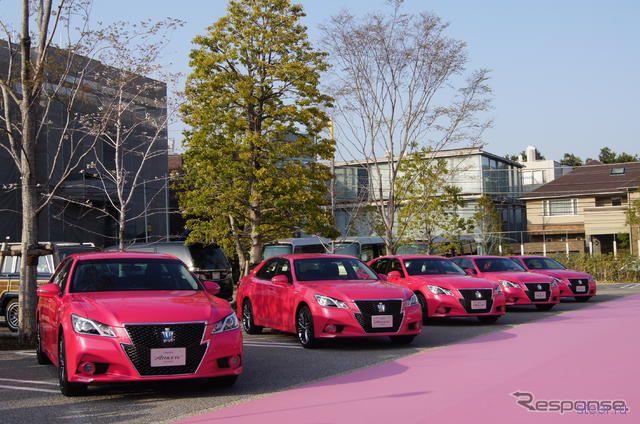 В Токио выставили на обозрение 10 розовых Toyota Crown, в поддержку концептуального цвета кузова