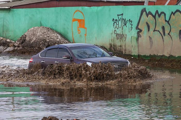 Гигантская московская лужа не помеха для наших автовладельцев