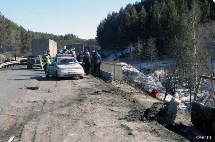 Два груженных автомобиля КамАЗ упали с моста