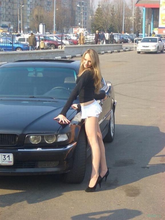 Девушка-водитель Смотри на дорогу!праздновать свой второй день рождения