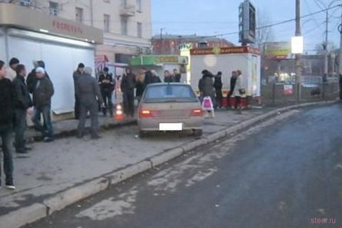 Пьяный водитель влетел в автобусную остановку в Екатеринбурге