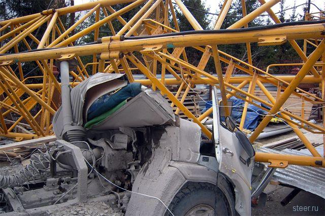 Упавший строительный кран в Новосибирске раздавил авто Генпрокуратуры с мигалкой
