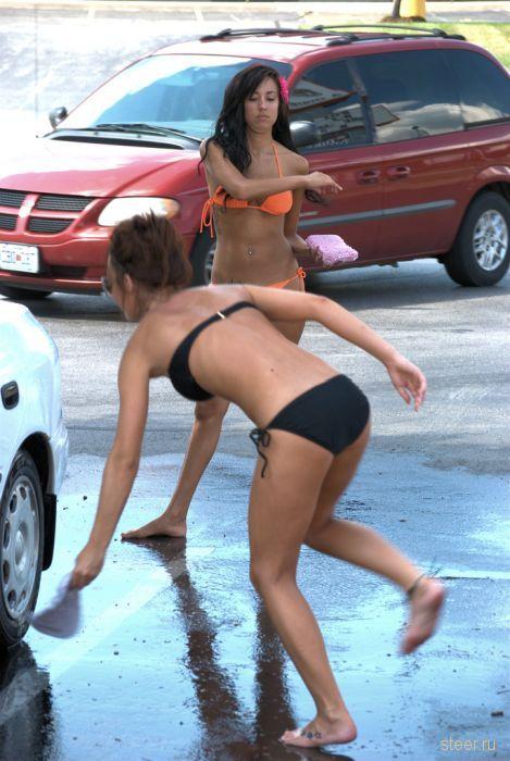 Симпатичные девчонки работают на автомойке