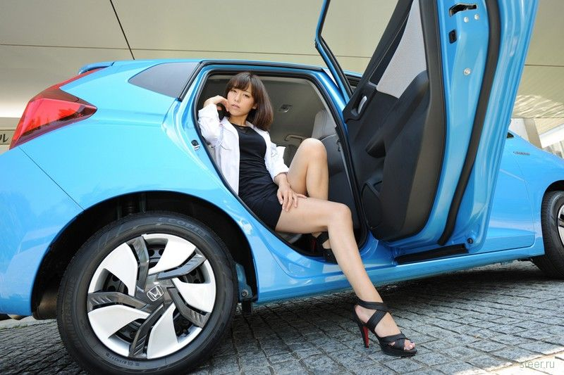 Новое поколение популярного в Японии хэтчбека Honda Fit рекламируют неприличные медсёстры.