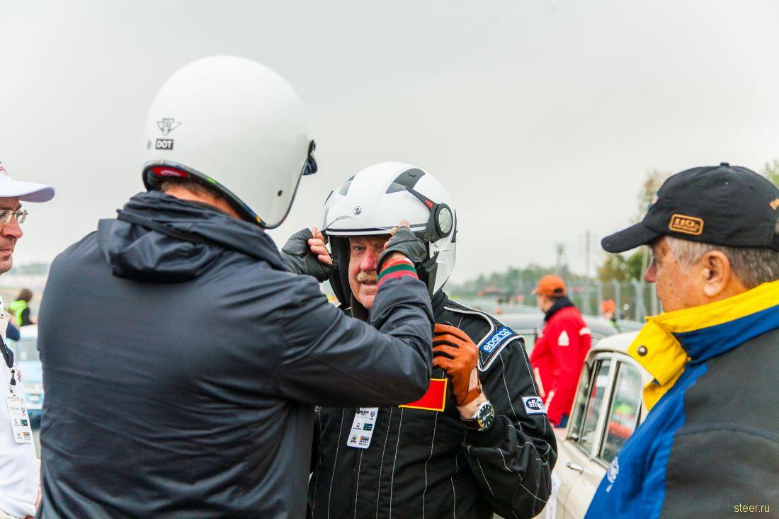 В Москве прошла кольцевая гонка на исторических автомобилях