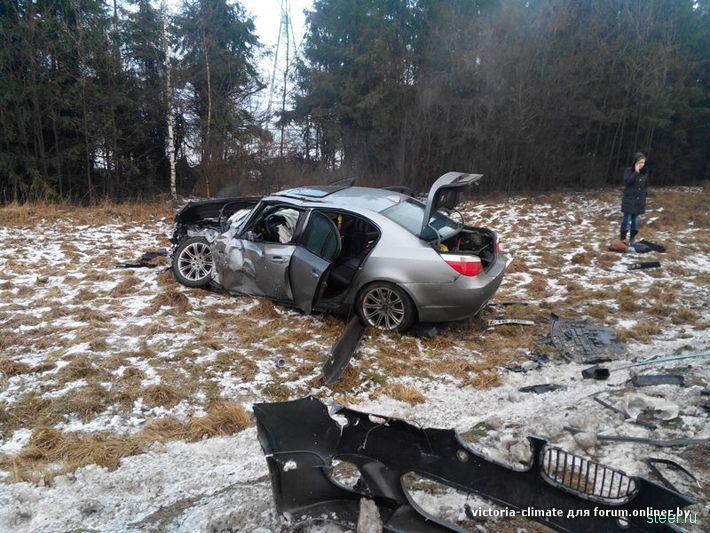 Лобовое столкновение BMW и фургона VW