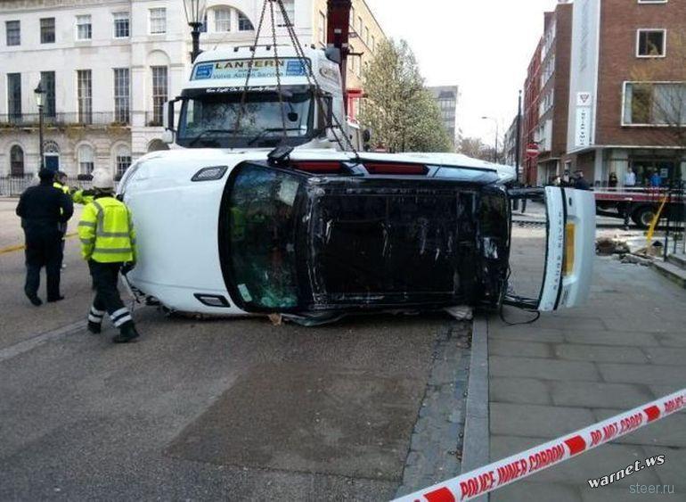Девушка припарковала Range Rover на дне подвальной части здания