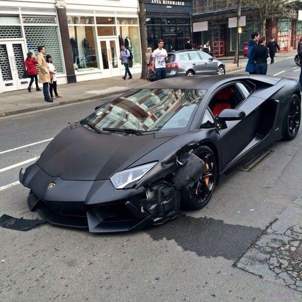 Матовый Lamborghini Aventador устроил аварию в центре Лондона