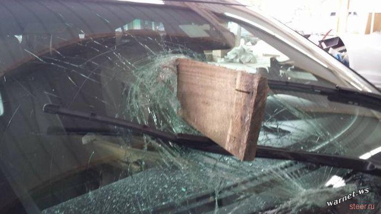 Доска, соскочившая с грузовика, пробила лобовое стекло