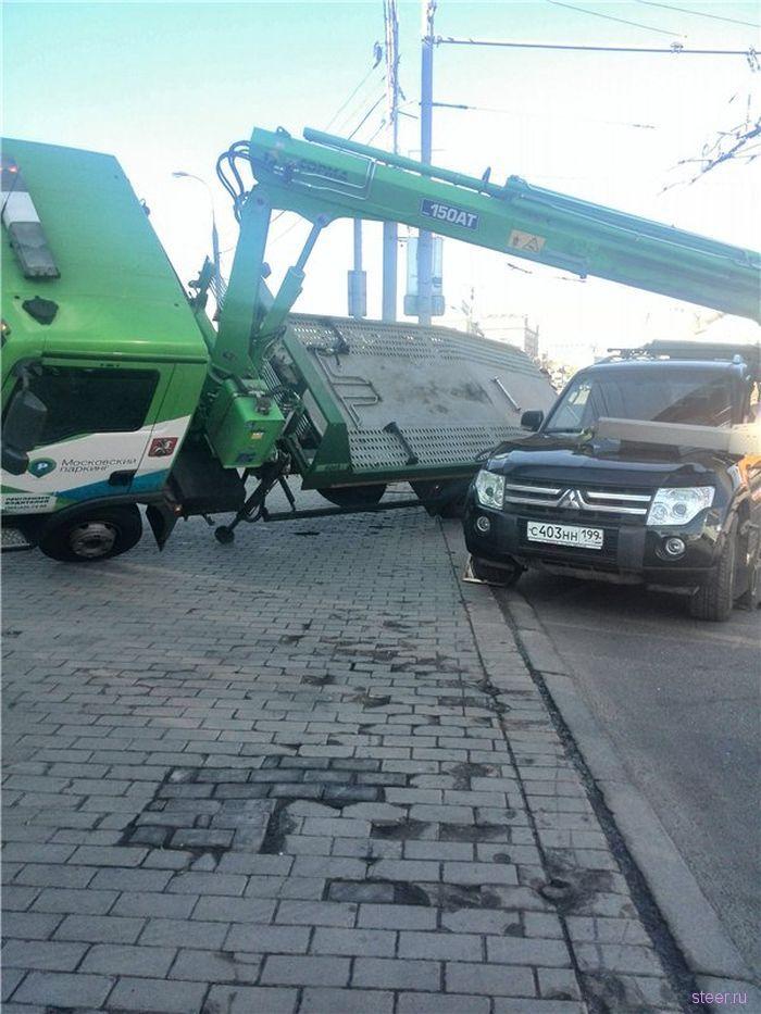 В Москве у Новинского Пассажа опрокинулся эвакуатор