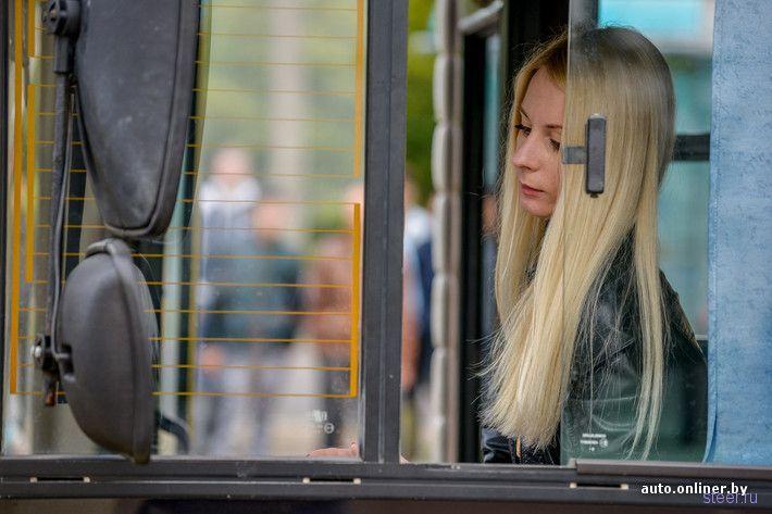 Блондинка за рулем желтого МАЗа