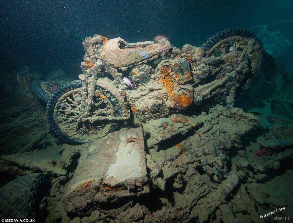 Классические автомобили и мотоциклы на дне моря