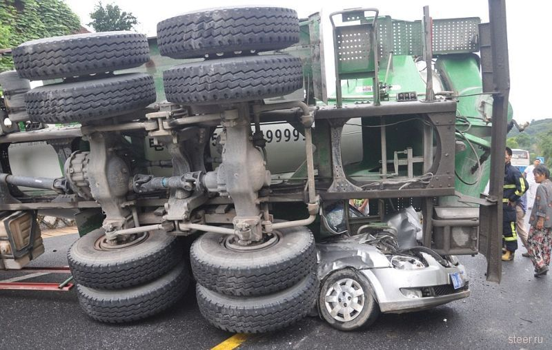 Бетономешалка раздавила автомобиль