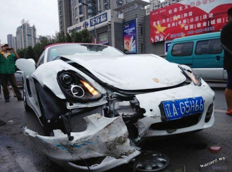 Женщина превратила Porsche в груду металла через секунды после покупки