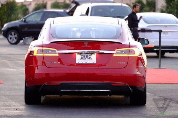 Официально представлена полноприводная Tesla Model S P85D