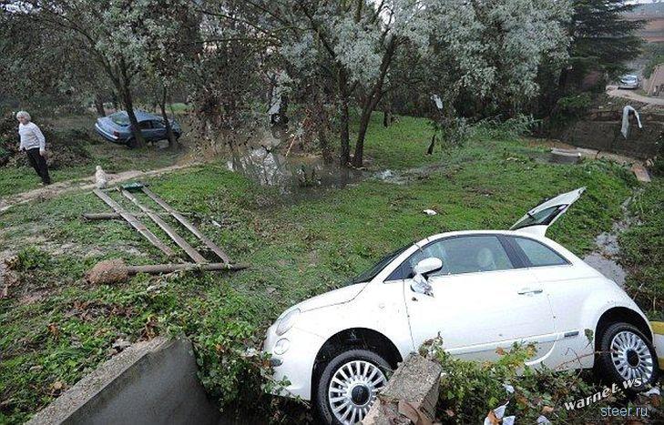 Разбросанные ураганом автомобили во французском городке Монпелье