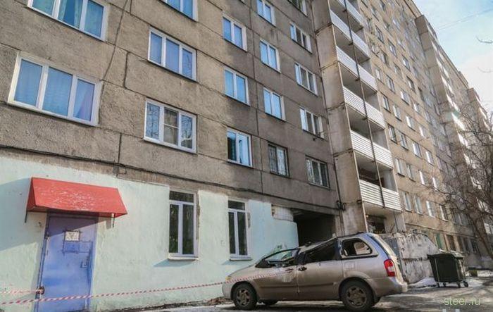 В Красноярске на автомобиль упала 250-килограммовая плита