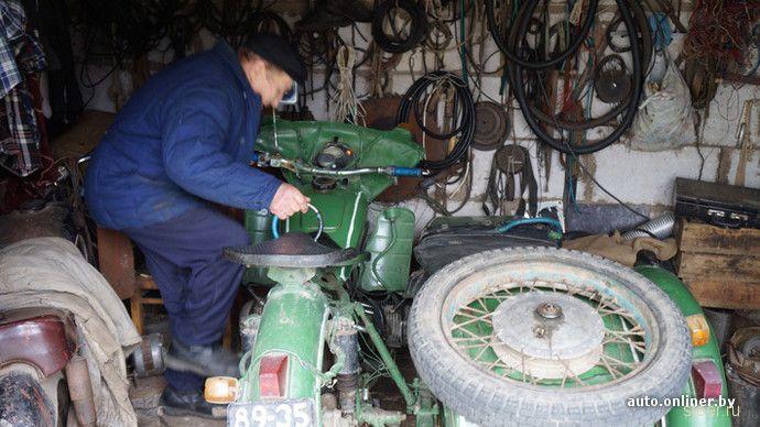 Мужчина из Ошмян купил новый «Днепр» в 25 лет и ездит на нем уже 43 года