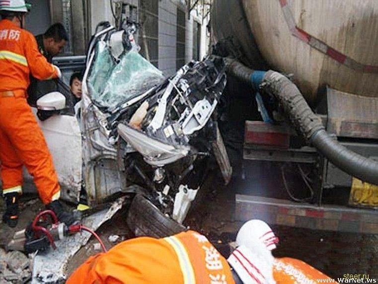 Водитель и пассажир выбрались невредимыми из размазанной по стене машине