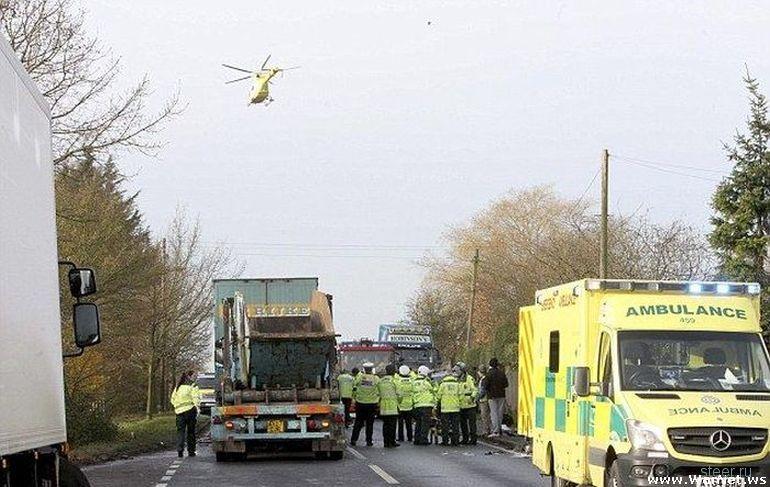Женщина, зажатая в искореженной машине между двумя грузовиками, выжила