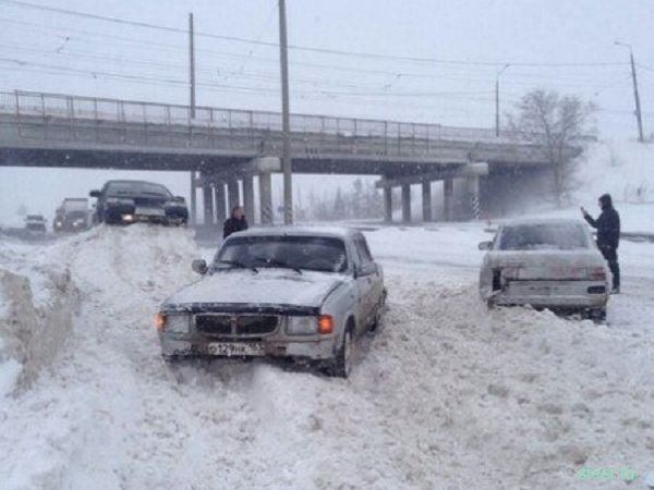 Более трех десятков машин столкнулись на обводном шоссе Тольятти около 10 часов утра 11 января, сообщает ГУ МВД по Самарской области. На место происшествия выехало сразу пять экипажей ДПС. Информации о пострадавших пока нет. В данный момент полицейские направляют транспорт в объезд массовой аварии. Принимаются меры, чтобы восстановить движение на злополучном участке шоссе. Подробности происшествия устанавливаются.