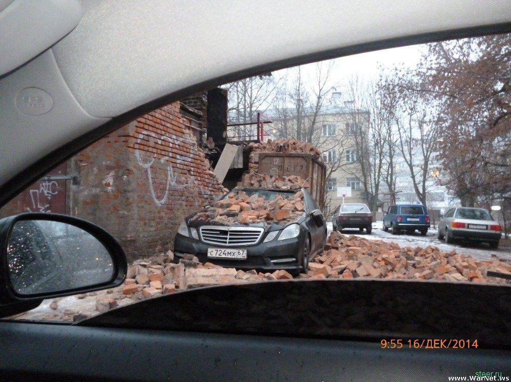 Старая кирпичная стена обрушилась, завалив обломками припаркованный Мерседес.