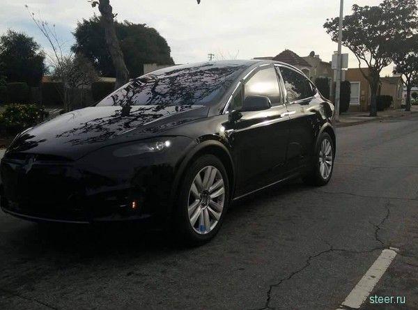 Первые фото серийного кроссовера Tesla Model X