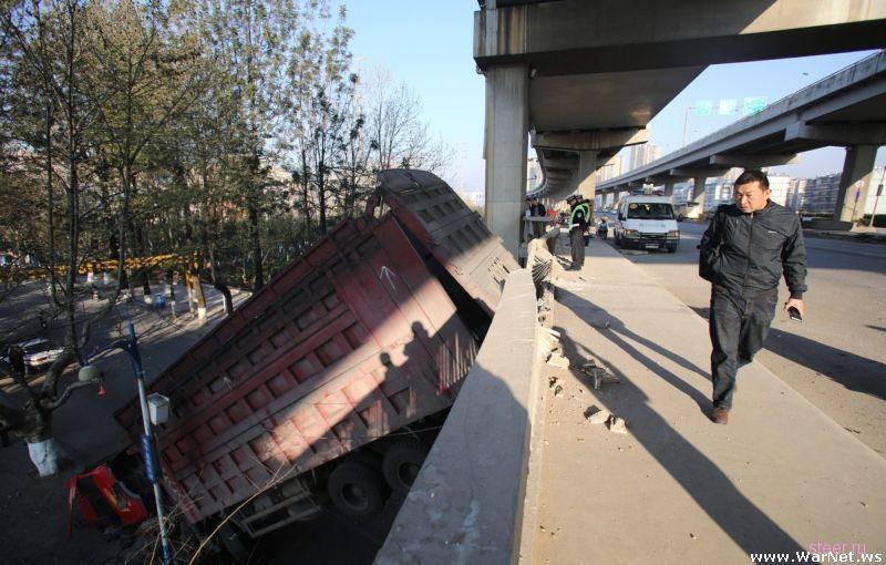 Водитель выбрался живым и невредимым из расплющенной кабины грузовика
