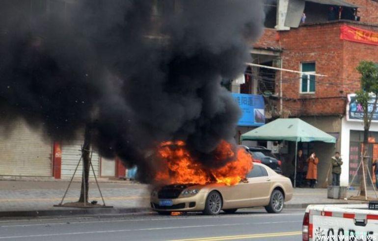 Китайские страховщики отказались платить за сгоревший Bentley