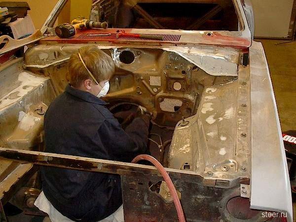 Отец с сыном самостоятельно восстановили легендарный Plymouth Duster 1971 года