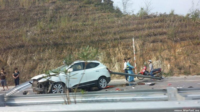 Автомобиль проткнуло отбойником. Водитель погиб.