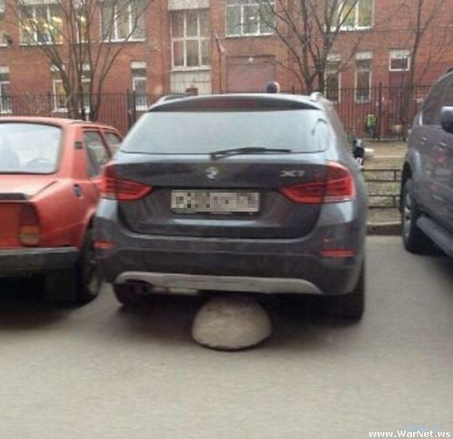 Жильцы дома решили проучить водителя за парковку перед ступеньками