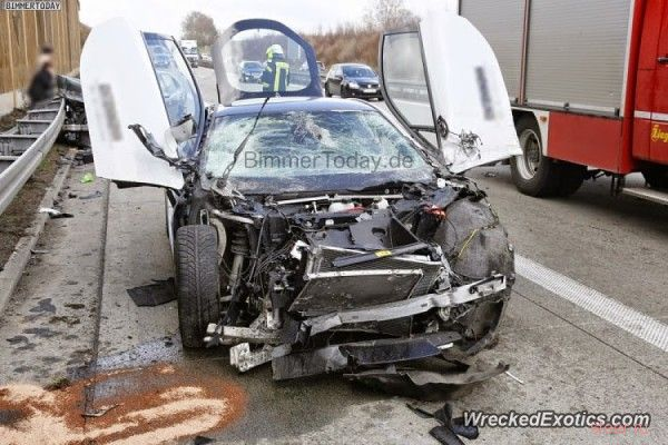 В Германии разбили суперкар BMW i8