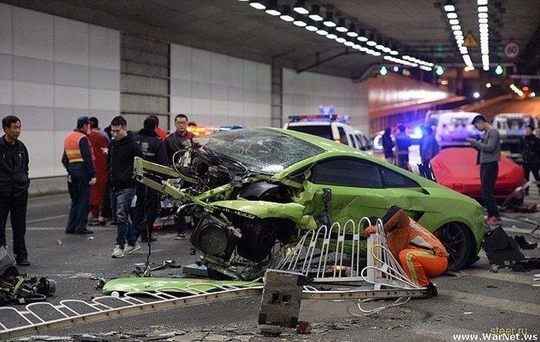 Два молодых безработных китайца разбили свои суперкары в Пекине