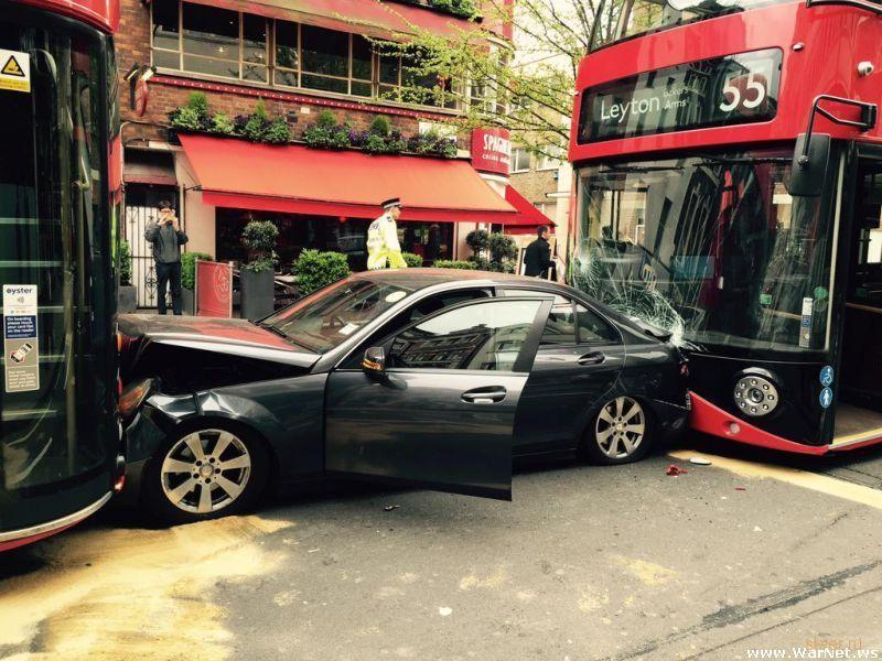 Водитель Mercedes пободался с двумя даблдекерами