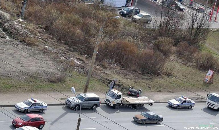 Эвакуатор опрокинул автомобиль, не доехав несколько метров до штрафстоянки