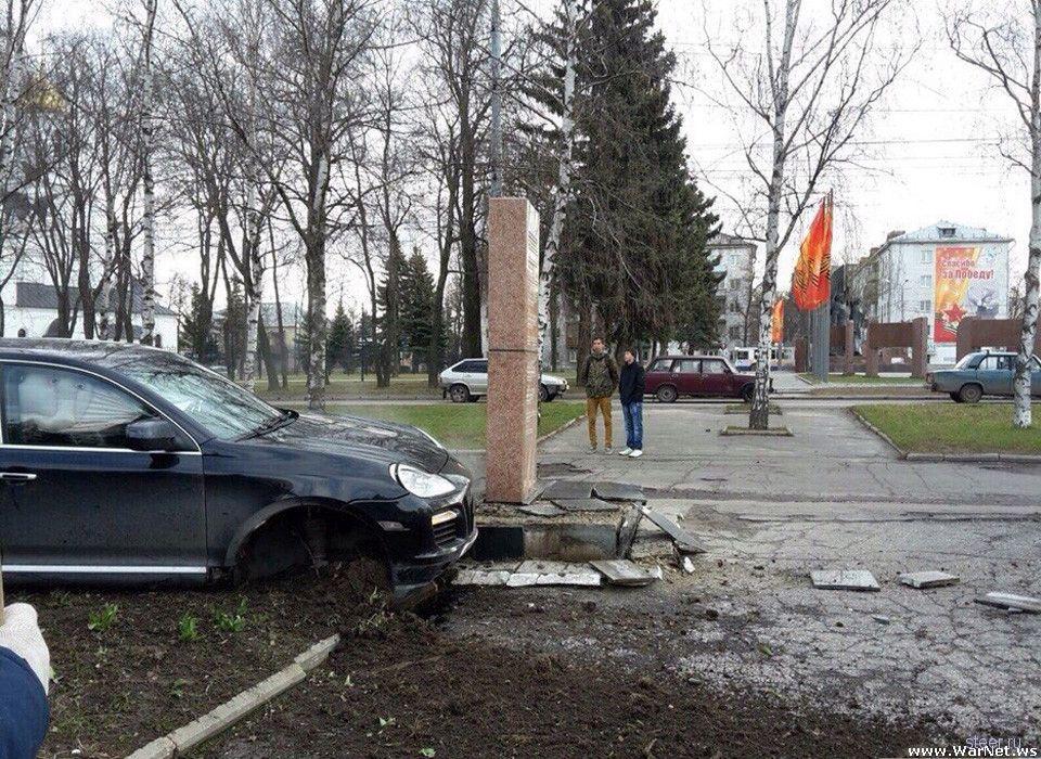 о Владимире Porsche протаранил стелу в честь ветеранов войны