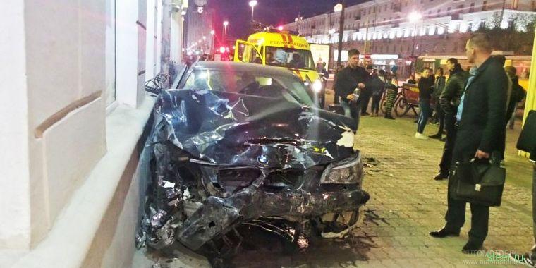 В Екатеринбурге BMW протаранил автобус, три автомобиля и пешехода