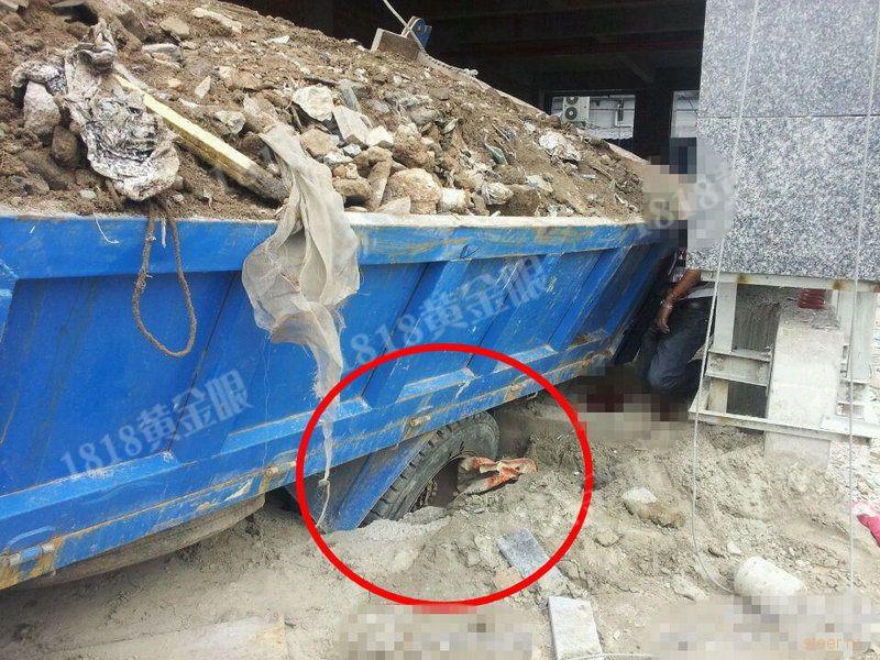 Китайца насмерть придавило грузовиком
