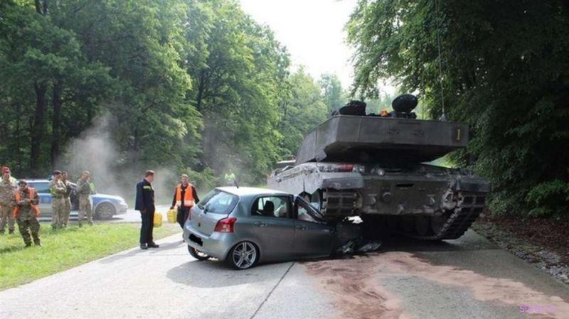 В Германии в Toyota Yaris врезался танк