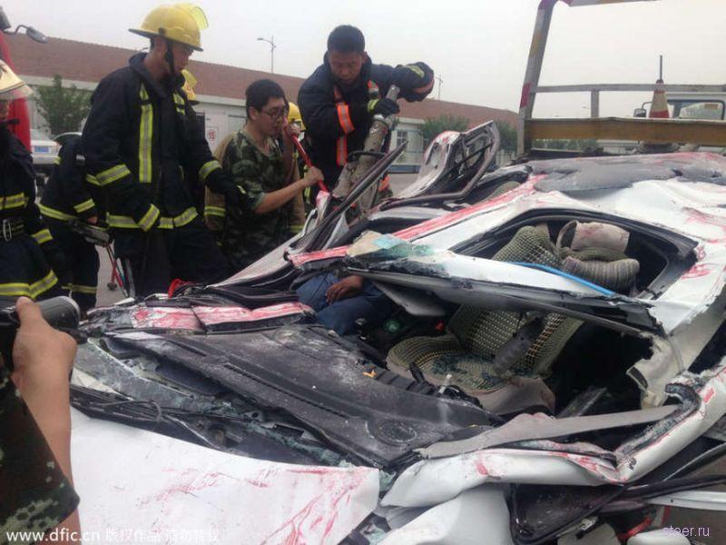 Водитель и пассажир чудом уцелели после попадания под грузовой контейнер