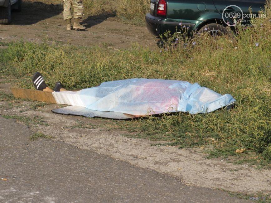 Лада Приора столкнулась с БТР под Мариуполем