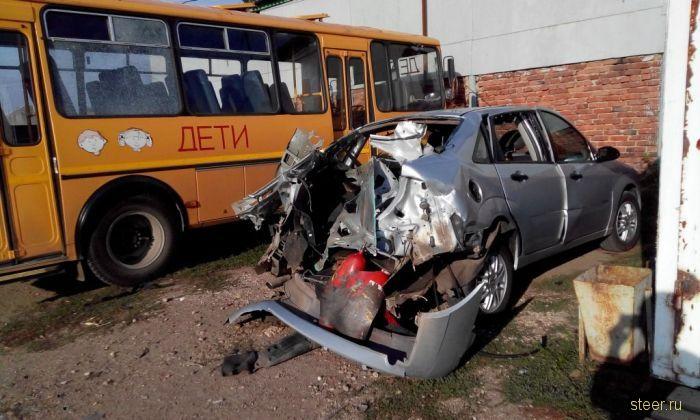 Результат взрыва углекислотного огнетушителя в багажнике автомобиля