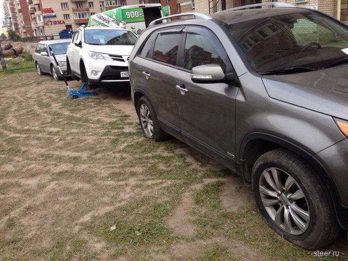 В Питере 15-ти автомобилям порезали колеса за парковку на газоне