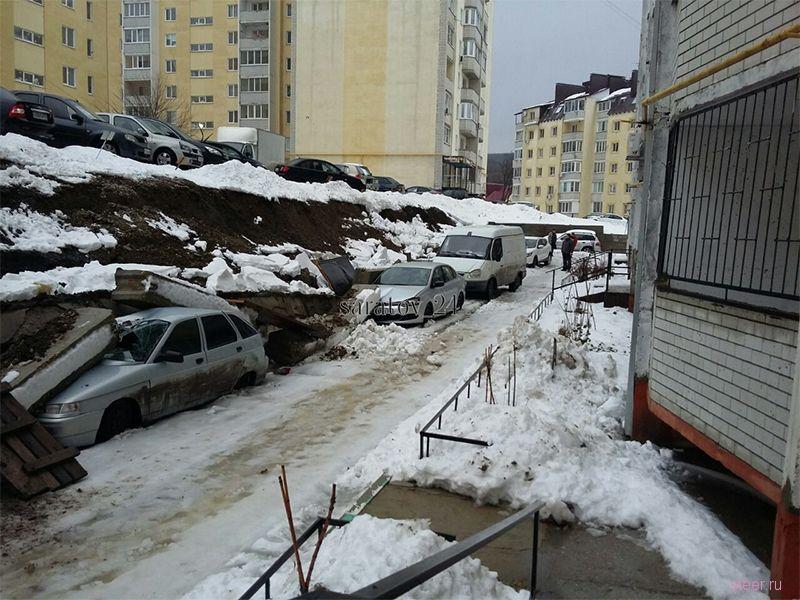 В Саратове на припаркованные машины свалились бетонные блоки